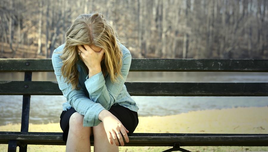 بالصور بنات حزينه , شاهد بالصور عندما يخيم الحزن على الفتيات 1414 2