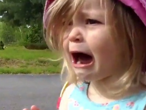بالصور طفلة تبكي , بنت صغيره تبكي بسبب الجوع 603